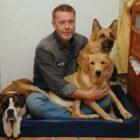 Hundaktiv sedan 1998, då jag kom att dela hushåll med Anna. Det gick liksom inte att värja sig från alla hundar och hundaktiviteter. Och hundintresset har rullat på, med kurser och vidareutbildningar. Först blev jag allmänlydnadsinstruktör, sedan SBK-instruktör, och nu senast SBK-instruktör bruks/tävlingslydnad. Jag håller gärna valp-, allmänlydnads-, dressyr- och klickerkurser samt spår- och sökutbildningar.  Det är även trevligt och givande att vara med och arrangera tävlingar, och därför har jag utbildat mig till MH-figurant och A-tävlingsledare.