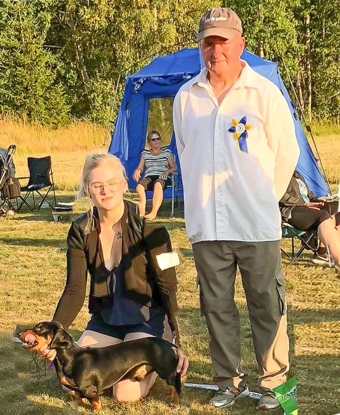 Gruppvinnare grupp 4/6 vuxen, tax och drivande hundar. Speelas Tax Calle, ägare är Linn Blåder, Filipstad. Domare: Tom Taylor.